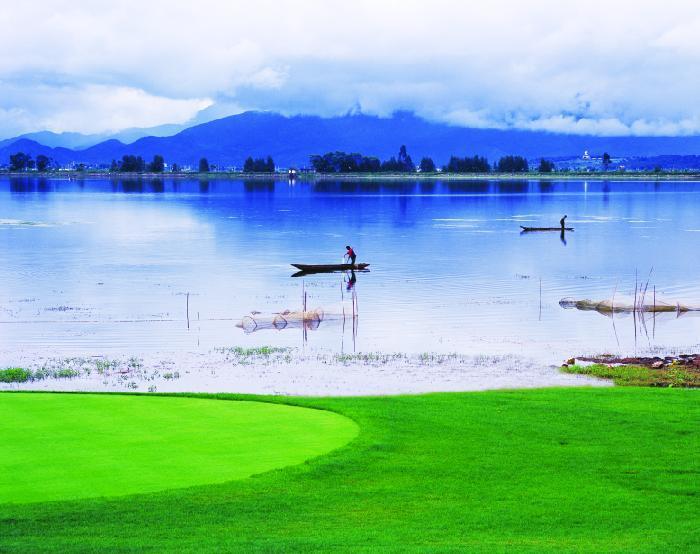 云南丽江古城湖畔高尔夫球场