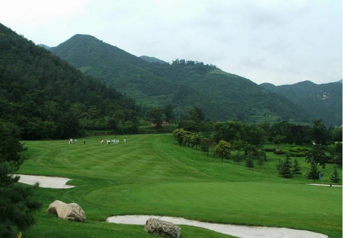 西安亚建国际高尔夫俱乐部是西安金花企业集团投资兴建的,97年后9洞投入运营,99年前9洞投入运营。以高尔夫球场为主体、以休闲娱乐中心和别墅山庄为配套的西北地区首家一流的高尔夫休闲场所。总占地面积1300亩,其中高尔夫球场占地约1000亩,由美国杰克尼克劳斯公司按国际标准18洞72杆设计,球道总长7040码,全场设有9面人工湖,99个沙坑,道内树木、植物错落衔接交相辉映,即增加了打球的技术难度,有不失其自然去雕饰的美感。