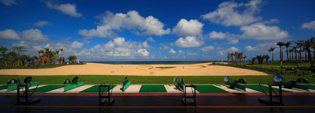 保利南海I号高尔夫球会地处广东阳江风光毓秀,粗犷壮阔的闸坡十里银滩。西邻海上丝绸之路博物馆南海I号,南向碧波荡漾的南海,背靠海陵岛最高峰草王山,是粤西地区唯一国际标准18洞滨海高尔夫球场。 南海I号高尔夫球场是由世界著名高尔夫球场设计师施密特.科里负责设计,海滩?